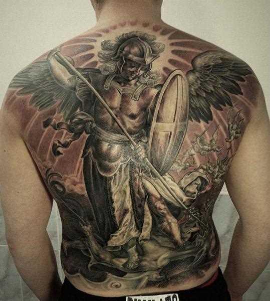 A tatuagem nas costas do cara - de- anjo com uma lança