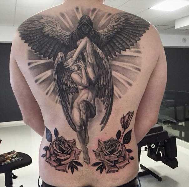 A tatuagem nas costas do cara - de- anjo e um demônio, rosa