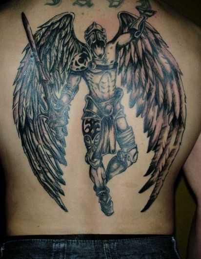 A tatuagem nas costas do cara - de- anjo guerreiro