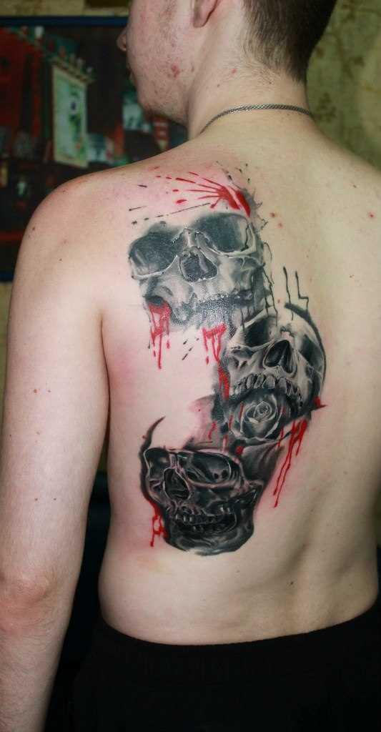 A tatuagem nas costas do cara - de crânio