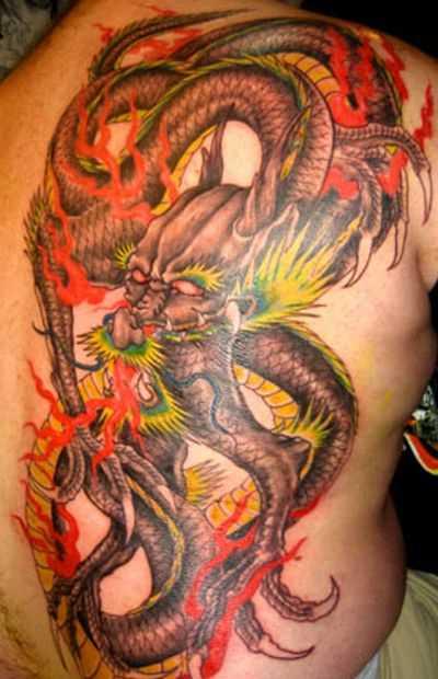 A tatuagem nas costas do cara - de- dragão de fogo