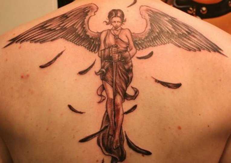 A tatuagem nas costas do cara - de- menina-anjo com a espada
