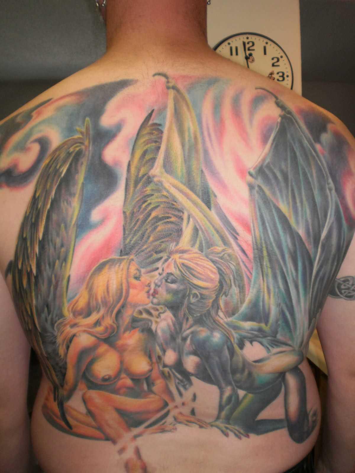A tatuagem nas costas do cara - de- menina-anjo e a menina-demônio