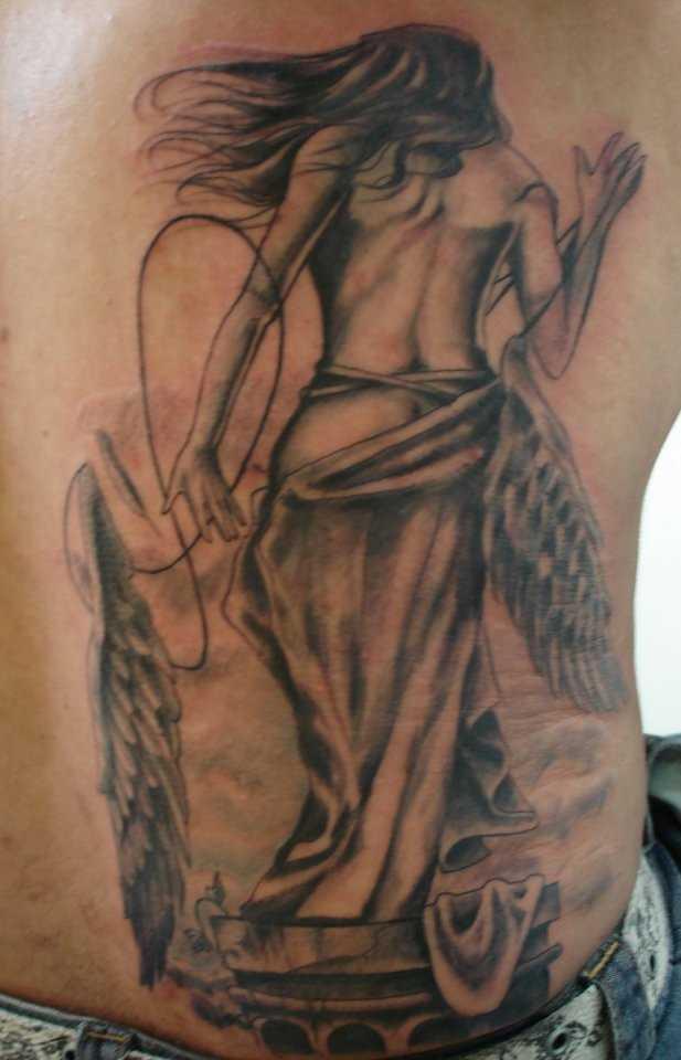 A tatuagem nas costas do cara - de- menina-anjo