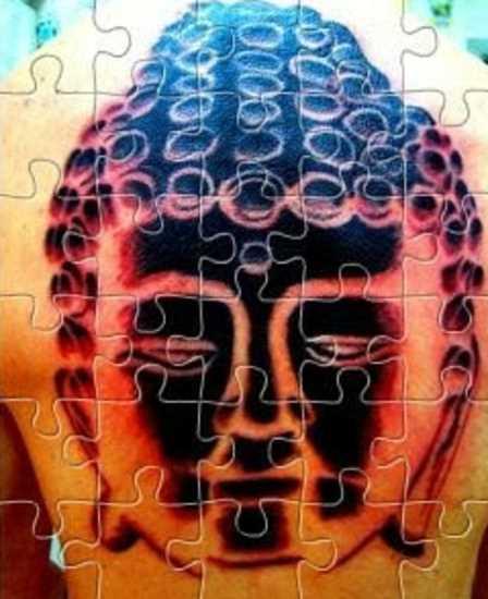 A tatuagem nas costas do cara - de quebra-cabeça em forma de pessoa