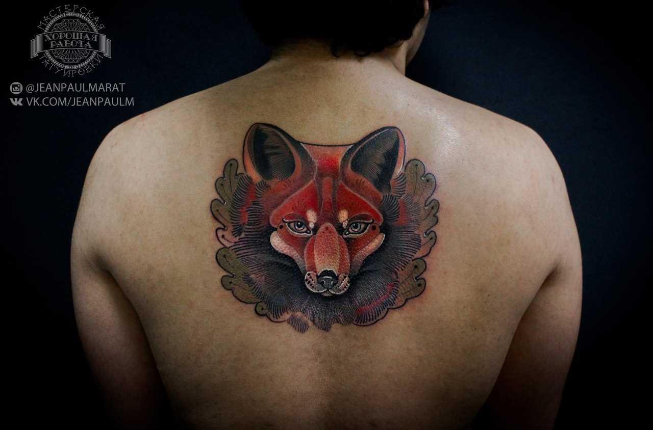 A tatuagem nas costas do cara - de- raposa