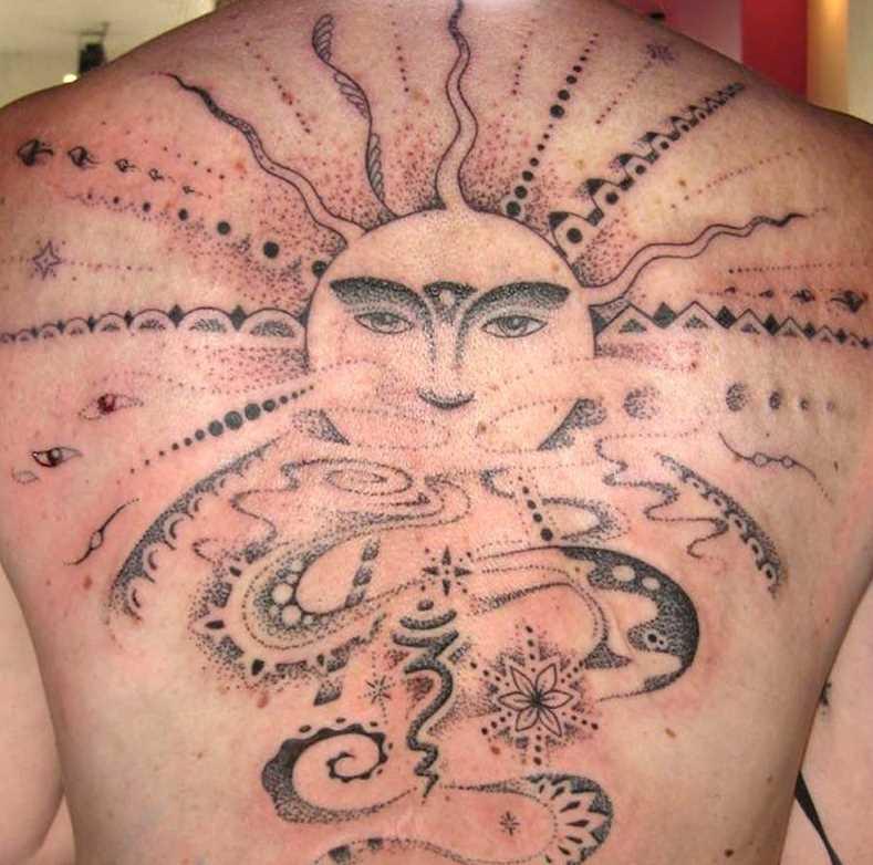 A tatuagem nas costas do cara - de- sol e um símbolo de Ohm