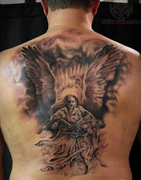 A tatuagem nas costas do cara em forma de anjo