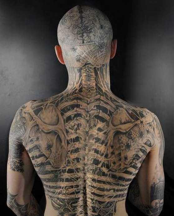 A tatuagem nas costas do cara - esqueleto