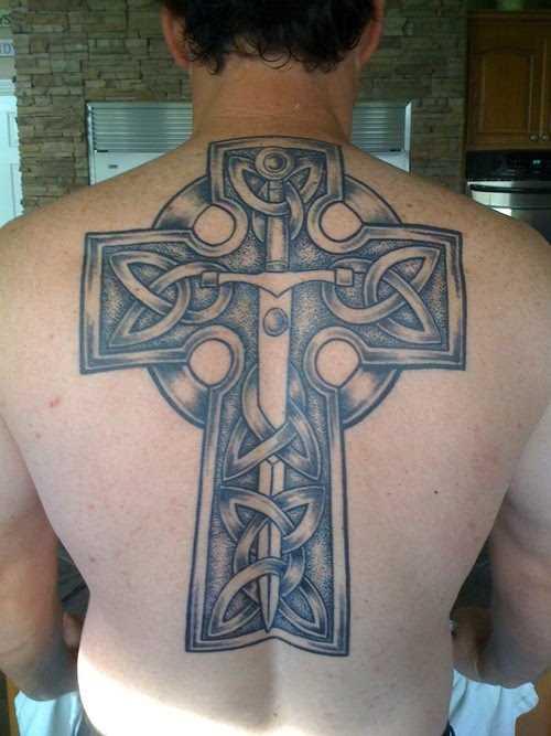 A tatuagem nas costas do cara - grande kelstskii cruz