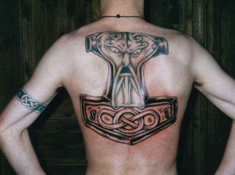 A tatuagem nas costas do cara - grande martelo