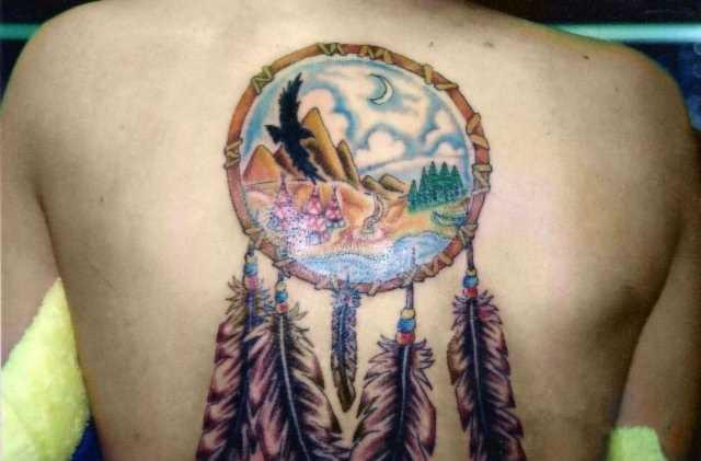 A tatuagem nas costas do cara - o apanhador de sonhos