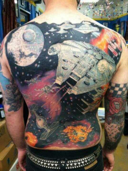 A tatuagem nas costas do cara - o espaço