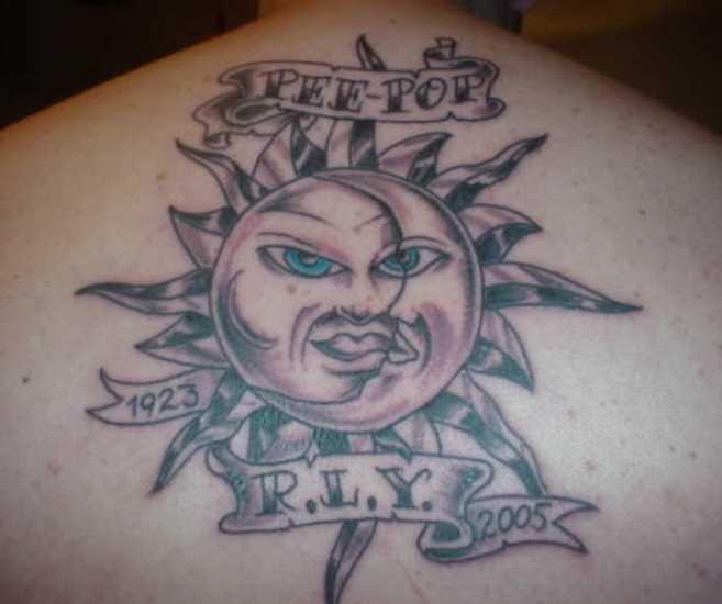 A tatuagem nas costas do cara - o sol, a lua e a inscrição