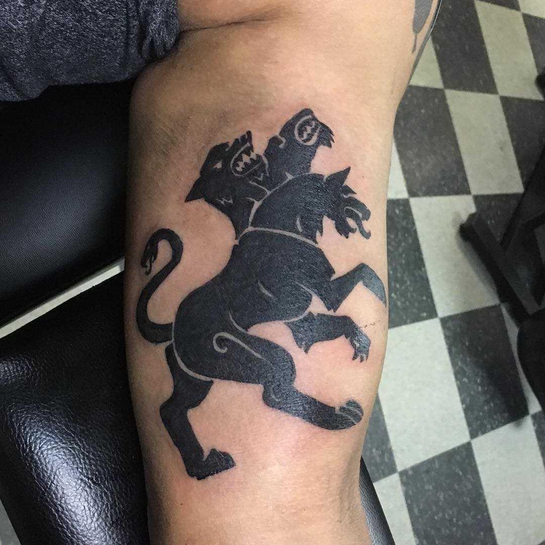 A tatuagem negativo sobre a perna de parian