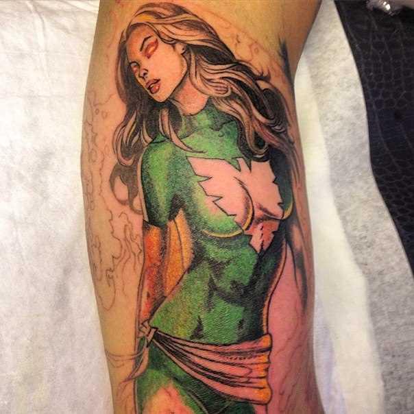 A tatuagem no braço de um cara - a heroína da marvel comics