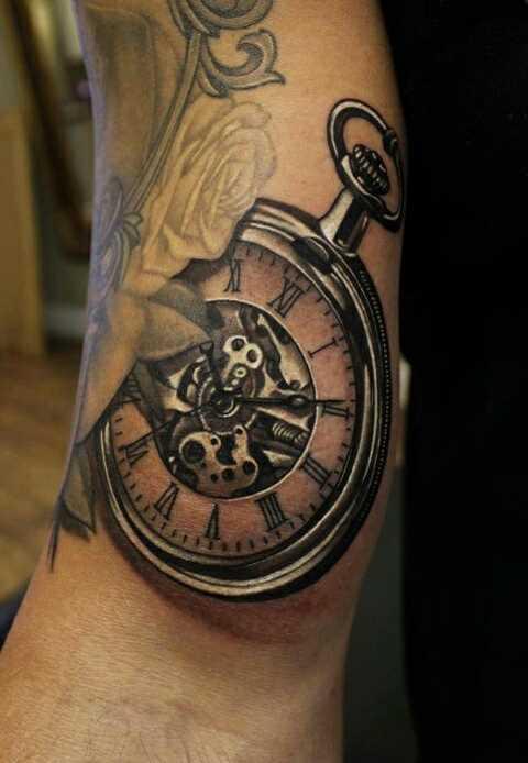 A tatuagem no braço de um cara - de relógios de bolso