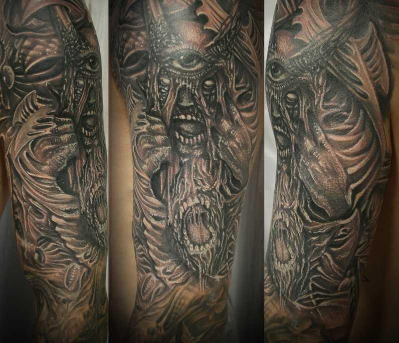 A tatuagem no braço de um cara demônios