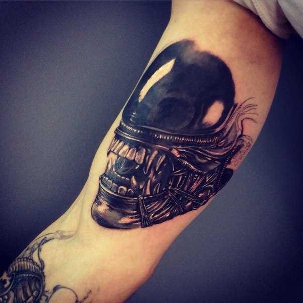 A tatuagem no braço de um cara estranho