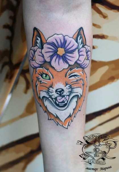 A tatuagem no braço de uma menina - raposa