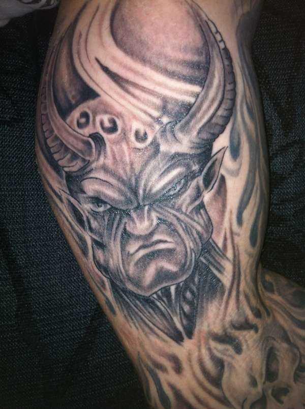 A tatuagem no braço do cara - daemon
