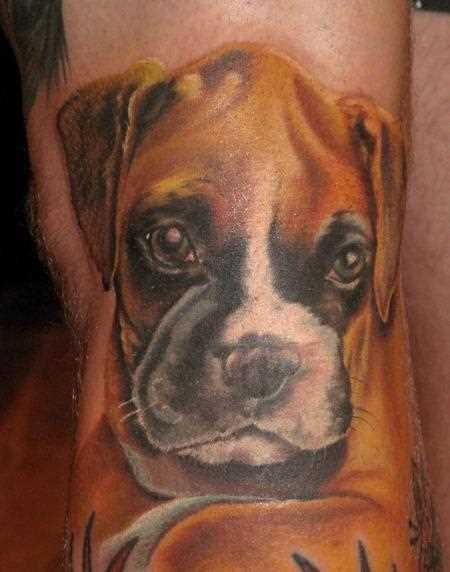 A tatuagem no braço do cara - de- cão