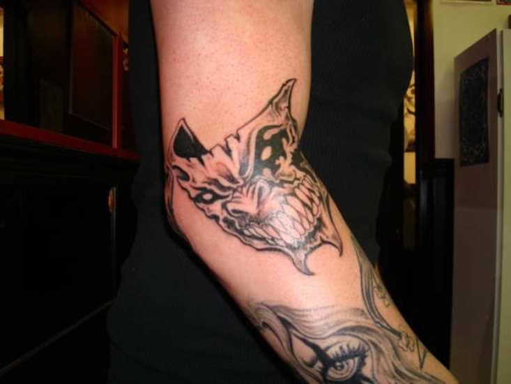 A tatuagem no braço do cara - máscara