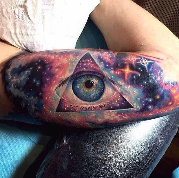A tatuagem no braço do cara - o espaço