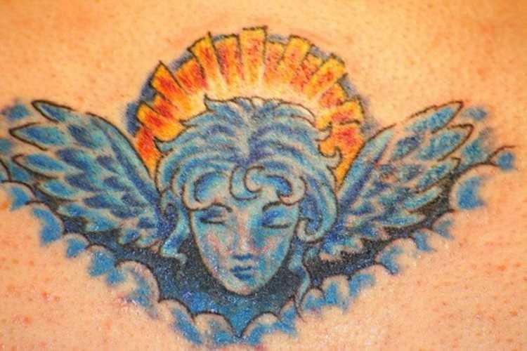 A tatuagem no cóccix a menina - anjo