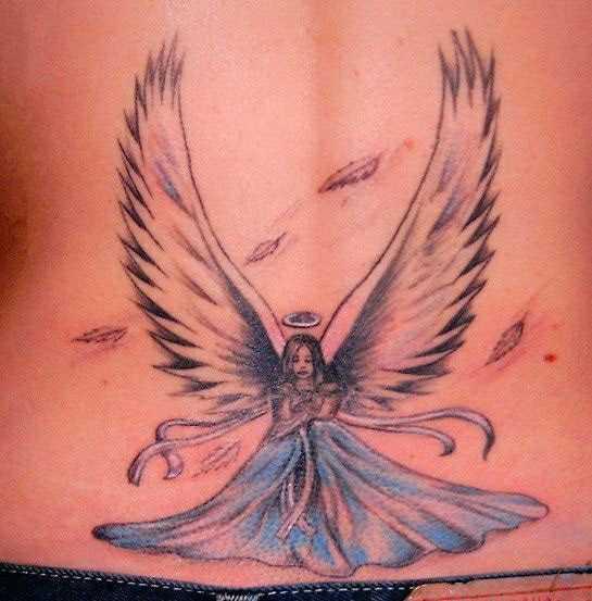 A tatuagem no cóccix menina - anjo