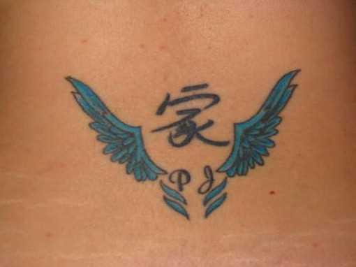A tatuagem no cóccix menina de caracteres chineses e as asas