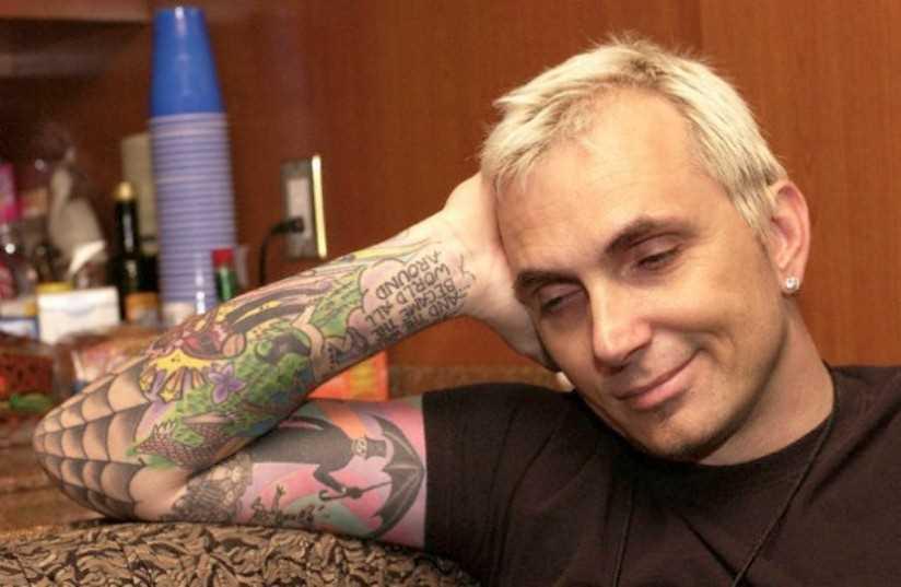 A tatuagem no cotovelo do cara - a web