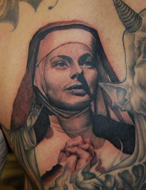 A tatuagem no estilo chicano blade cara - a freira