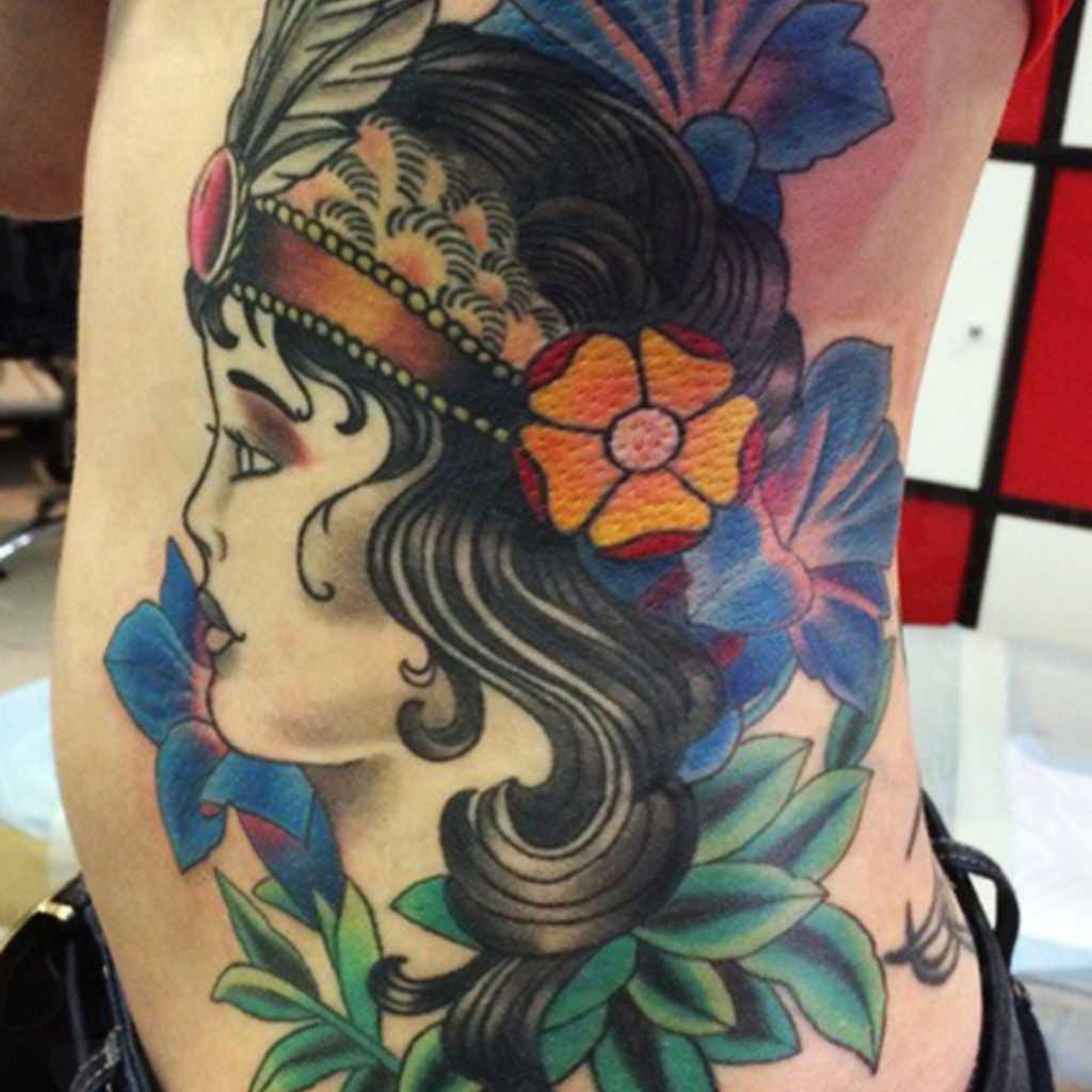 A tatuagem no estilo oldschool ao lado de um cara - a cartomante