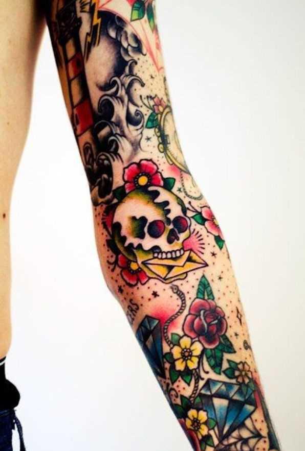 A tatuagem no estilo oldschool na mão de um cara de crânio com uma carta de