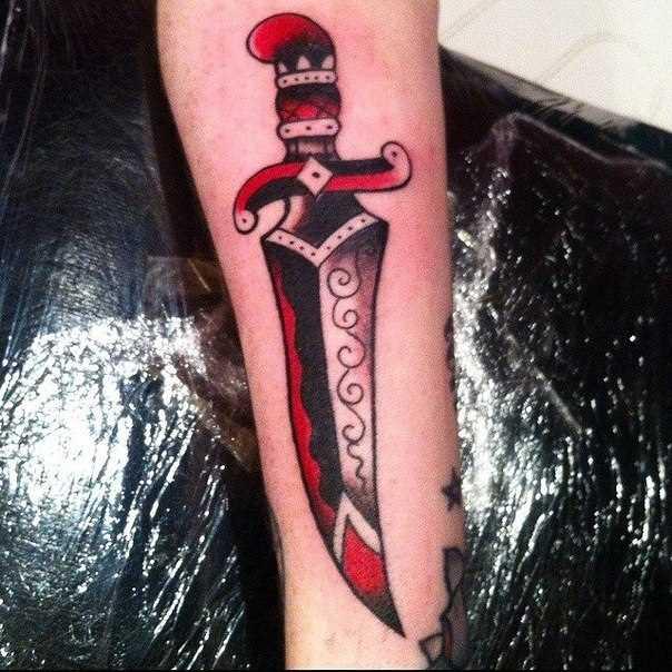A tatuagem no estilo oldschool na mão meninas - punhal