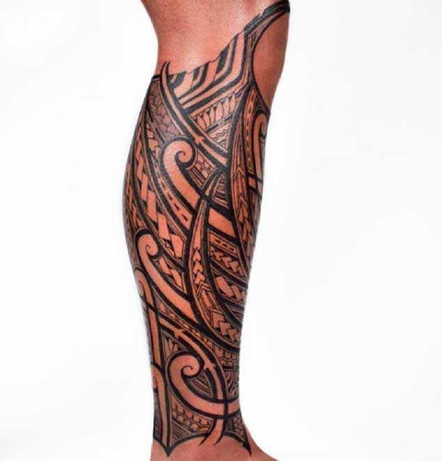 A tatuagem no estilo tribal na perna de um cara - padrões
