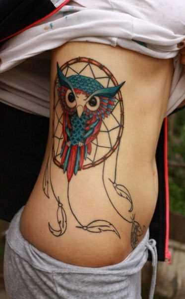 A tatuagem no lado da menina - apanhador de sonhos com laço