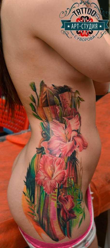 A tatuagem no lado da menina - cores