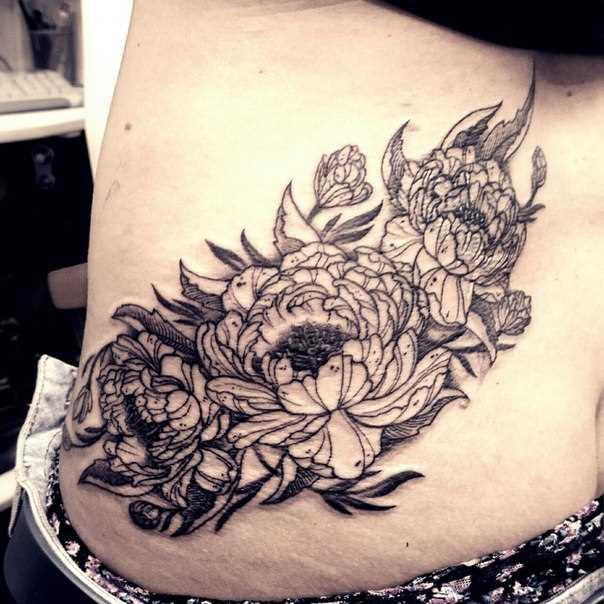 A tatuagem no lado da menina - crisântemo