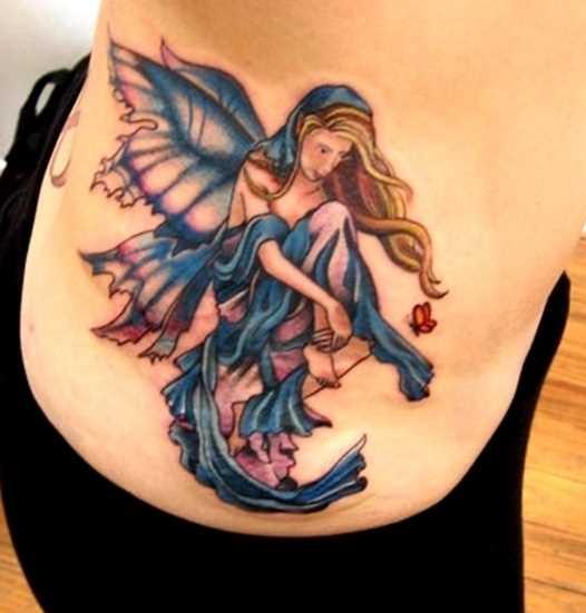 A tatuagem no lado da menina - fada e uma borboleta