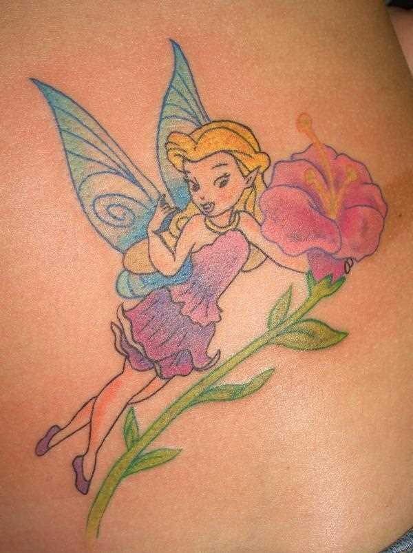 A tatuagem no lado da menina - fada flor