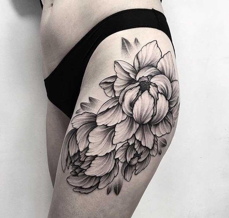 A tatuagem no lado da menina - flor
