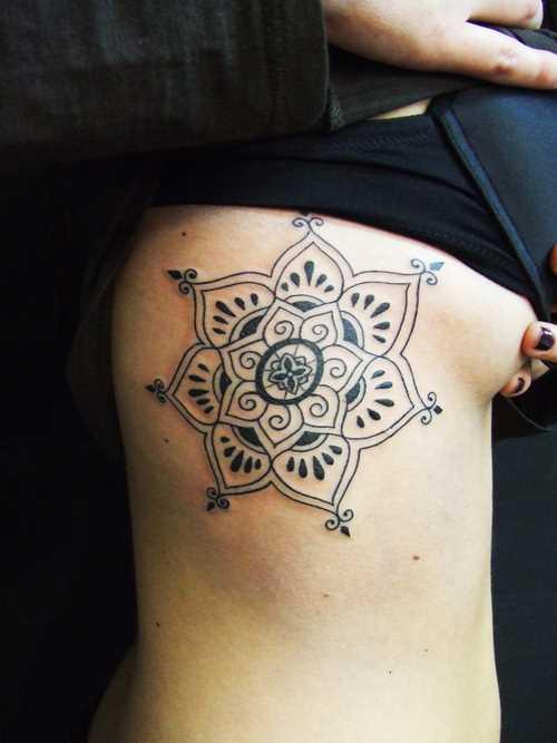 A tatuagem no lado da menina - mandala