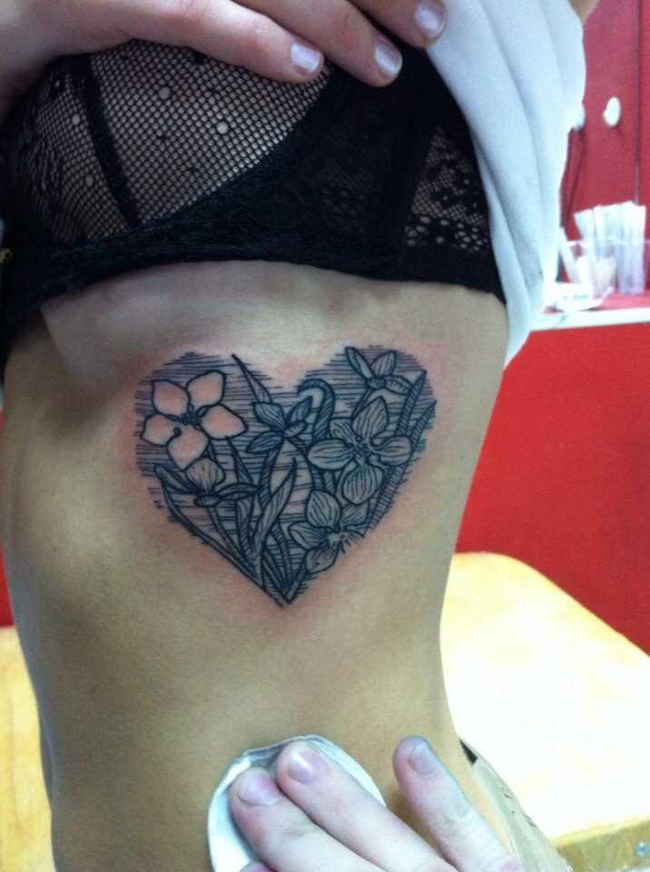 A tatuagem no lado da menina - o coração de