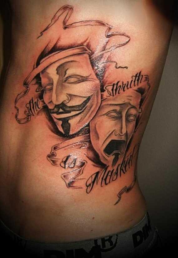 A tatuagem no lado de um cara - a máscara e a legenda em inglês