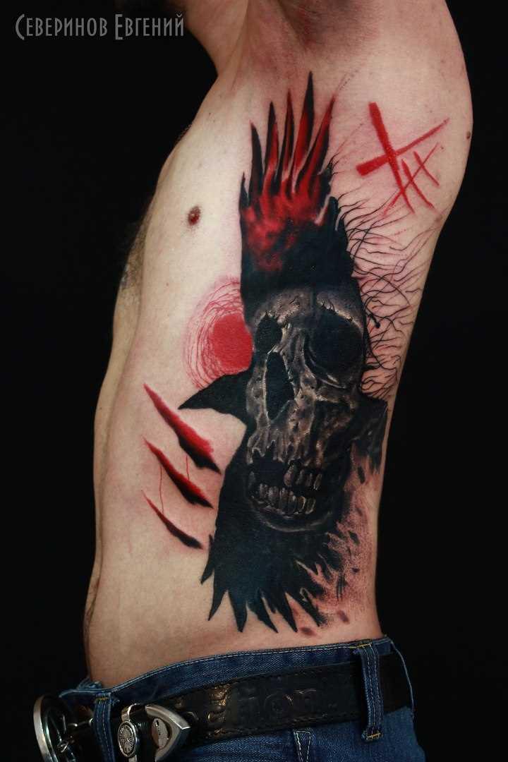 A tatuagem no lado do cara de crânio e o corvo