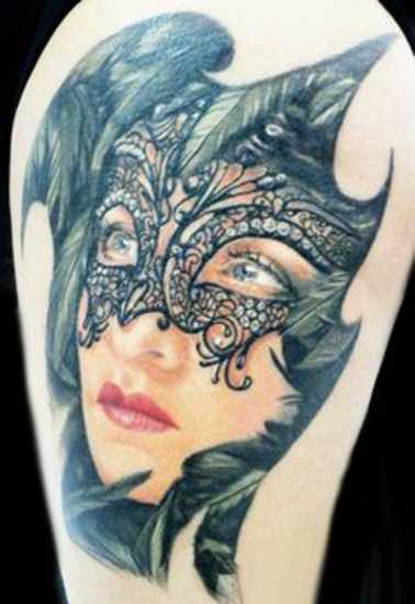 A tatuagem no ombro da menina - a menina para dentro da máscara