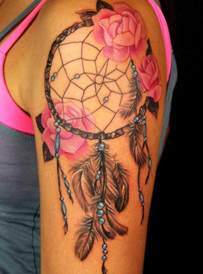 A tatuagem no ombro da menina - apanhador de sonhos e rosas