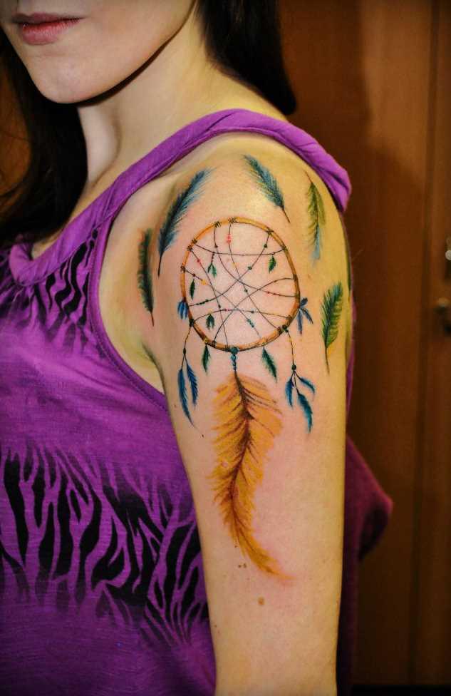 A tatuagem no ombro da menina - apanhador de sonhos